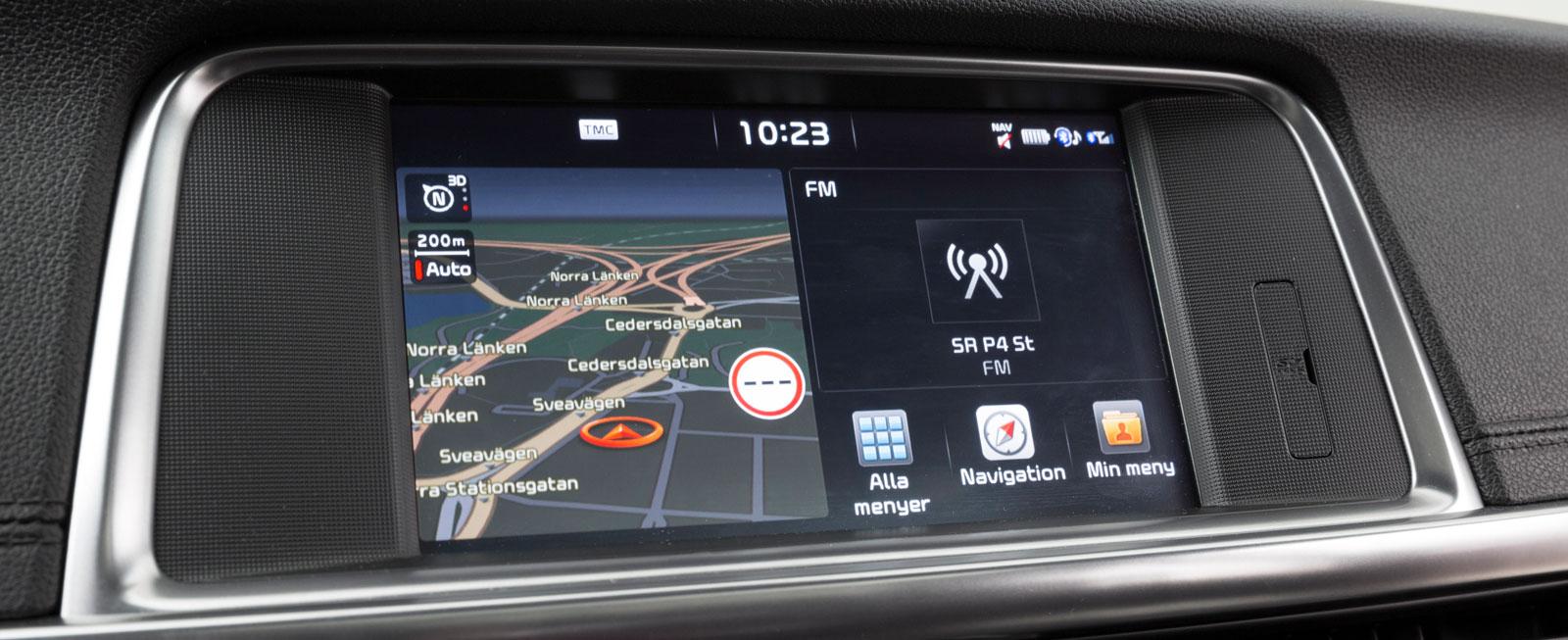 Här sköts främst  inställningar för navigation, radio och kommunikation. Bilinställningar gör man med reglage på ratten i instrumentklustrets lilla display.