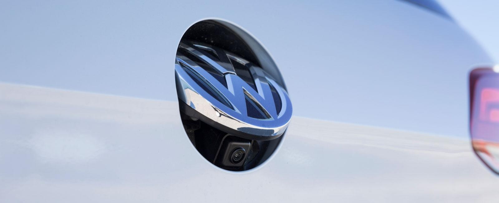 Linsen till backningskameran sitter väl skyddad i märkes-emblemet. På många nyare VW-modeller har den lösningen på nedsmutsningsproblemet av okänd anledning tagits bort.