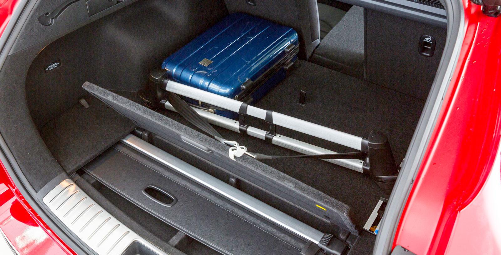 Bagageutrymmet är välplanerat med bakre ryggstöd delat 40/20/40 och särskild plats för insynsskyddet.Justerbart lastfixeringssystem och lastförskjutningsnät är standard. Elmanövrerad baklucka är också standard i GT Line. Luckan öppnas automatiskt när man står bakom bilen med nyckeln i fickan.