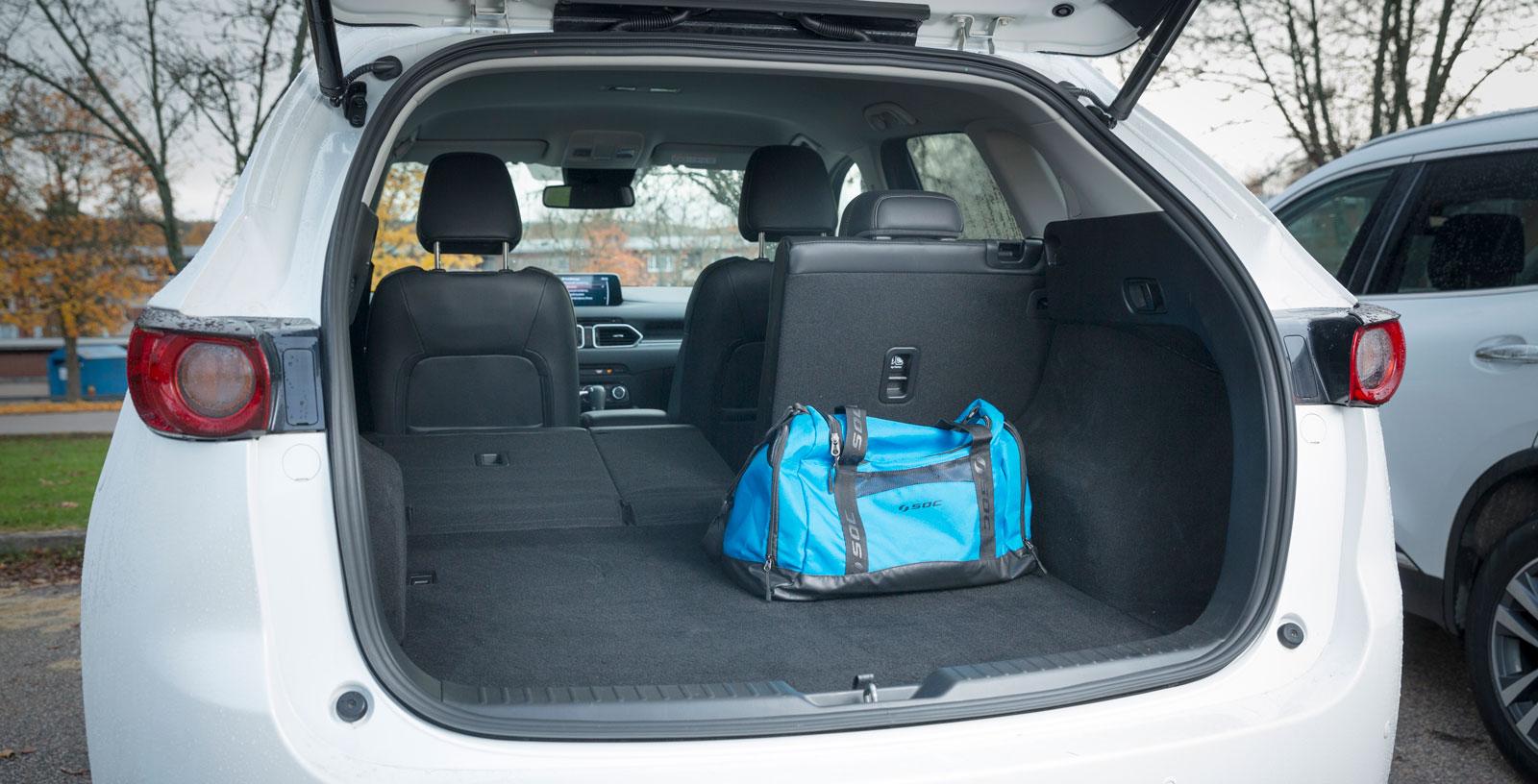 Alla tre har elektriskt manövrerad baklucka. Mazda CX-5 har visserligen kortare yttermått än både Nissan och Renault. Ändå har CX-5 längst bagageutrymme, både med uppfällt och nedfällt baksäte. Vi får också in flest drickabackar i Mazda trots att volymen enligt VDA är mindre än i de två andra bilarna.