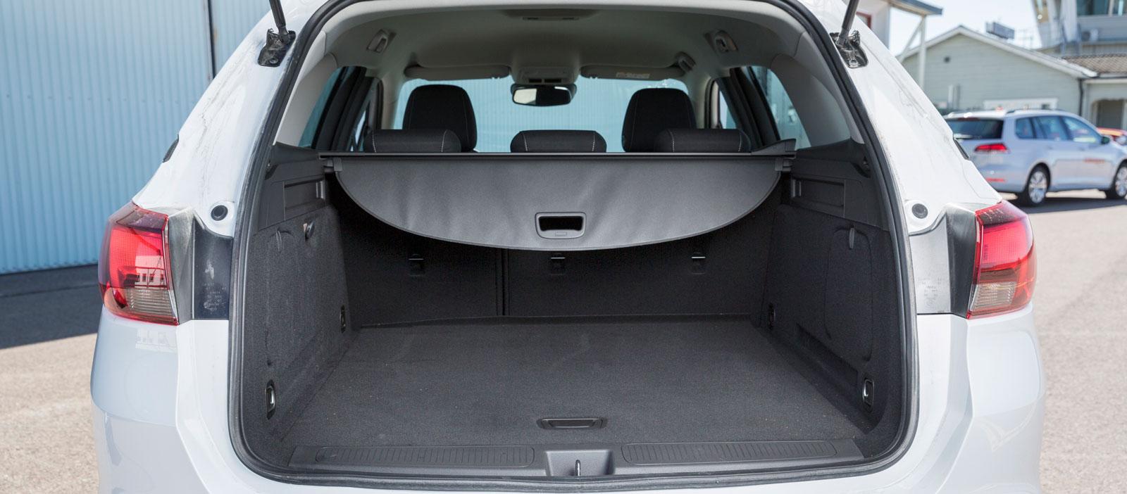Opel är testets näst bästa drickabacksslukare. Men insynsskyddet är sladdrigt och lastutrymmet påvert inrett. Här finns varken kasskrokar, 12 V-uttag, sidofack eller fällning bakifrån och under lastgolvet lyser det av naken plåt. Enbart ryggstöden är fällbara (60/40) och lastgolvet blir inte helt slätt.