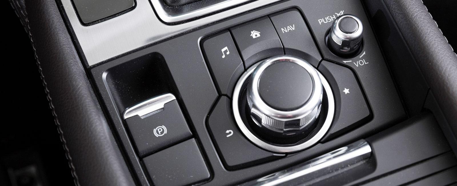 Vi gillar verkligen Mazdas smarta styrning av infotainment. Fem snabbknappar och ett stort vred stör föraren mindre.