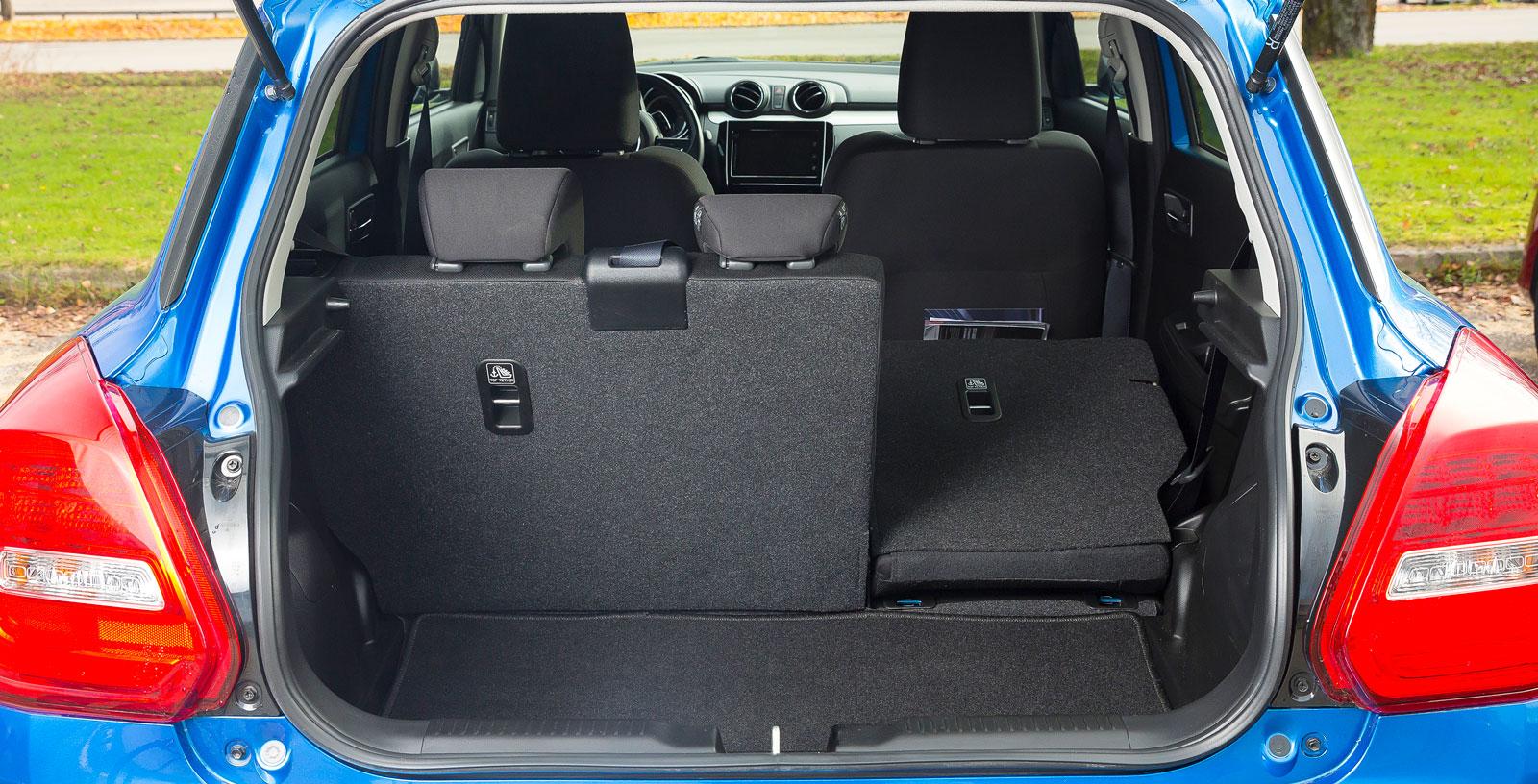 Suzukin är testets smartast disponerade bil. Trots att den är 20 cm kortare än Fiesta rymmer Swift fler drickabackar när vi testar den praktiska lastslukarförmågan. Ryggstödet är delbart i förhållandet 60/40 och en lampa finns i lastutrymmet. Men såväl kasskrokar som fack för småprylar saknas.