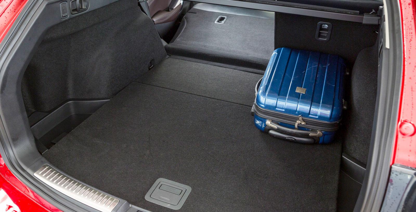 Mazda har inte lika flexibel delning av baksätets ryggstöd.  Vid fällning blir heller inte lastutrymmet helt plant. Men det visar sig att Mazda har bäst längd vid fällning och klarar flest läskbackar, trots att utrymmet i liter räknat är minst av de tre testbilarna. Mazdas baklucka får man öppna för hand.