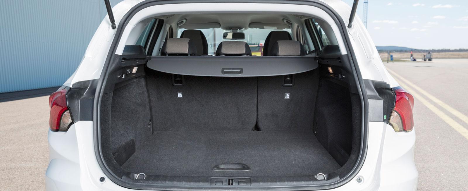 Ser man enbart till måtten är Fiats kombiutrymme minst i test. Men när vi mäter kapaciteten med drickabackar är det Tipo som slukar flest. Både sittdyna och ryggstöd kan fällas (60/40) och en bra finess är det sänkbara lastgolvet. Kasskrokar och 12 V-uttag finns, men ryggstöden kan inte fällas bakifrån.