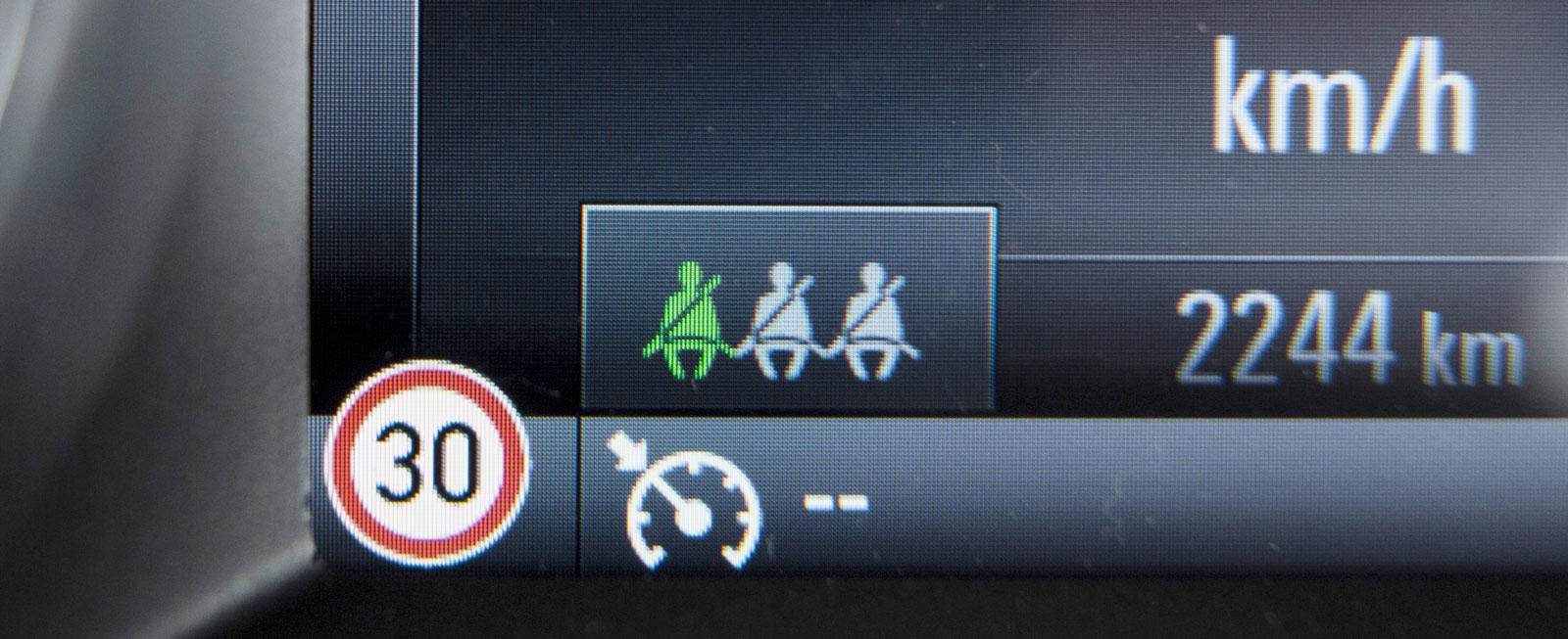 I Opel blir gråa gubbar godkänt gröna när de fäster bilbältena bak.