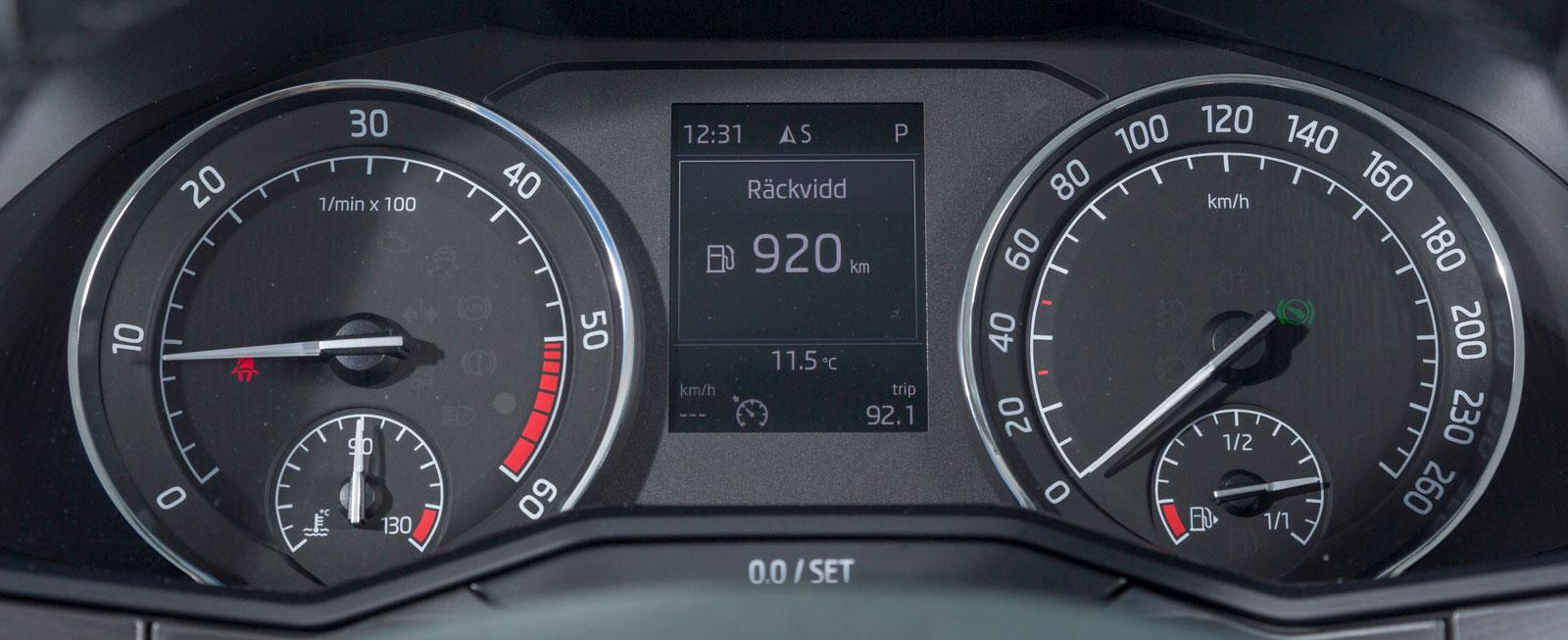 """Skodas instrument är i grunden exakt desamma som i VW Passat. Men mätartavlorna sitter inte i lika djupa """"holkar"""" och har en helt annan grafik."""
