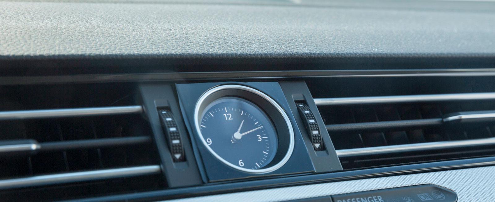 En rund analog klocka sätter lite extra piff på Passats annars ganska strama och strikta instrumentpanel.