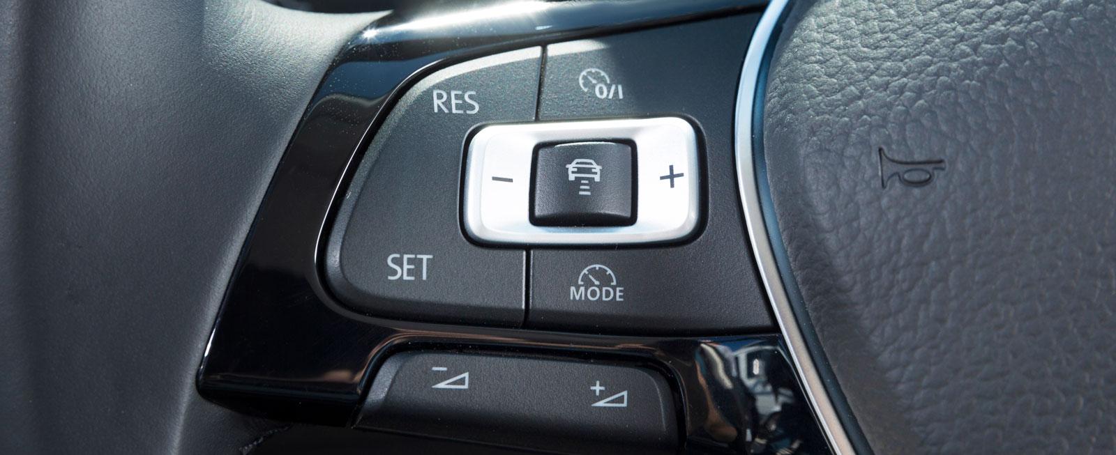 Den adaptiva farthållaren, som är standard, manövreras med en logisk uppsättning knappar till vänster på ratten.
