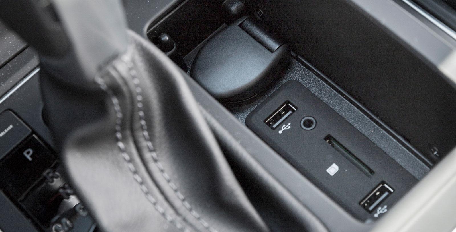 Under en lucka intill växelväljaren finns uttag för såväl USB, musikspelare som extra minneskort för infotainmentsystemet.