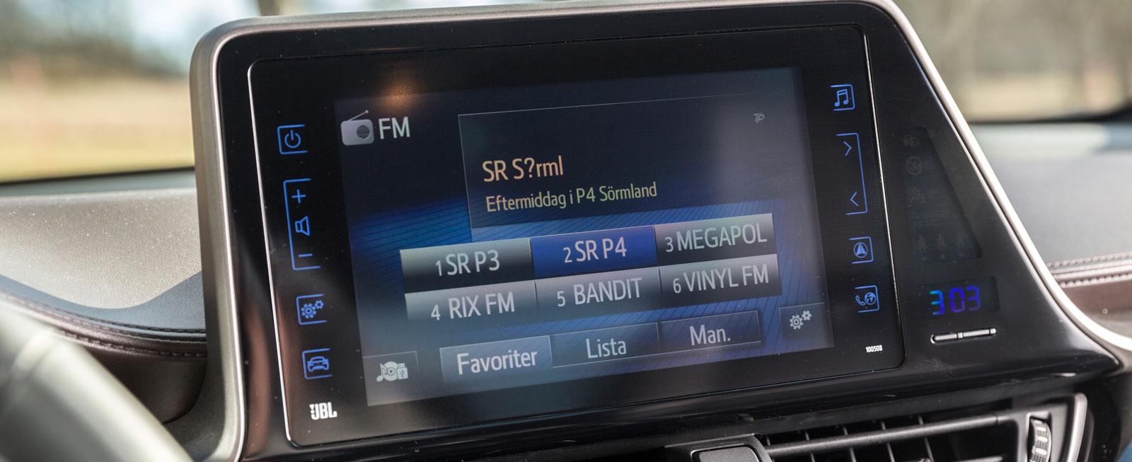 """Stor pekskärm som satt en smula lös i testbilen. Bitvis är enheten väldigt enkel att använda, bitvis har den alltför små """"knappar"""". Helheten är ändå klart godkänd."""