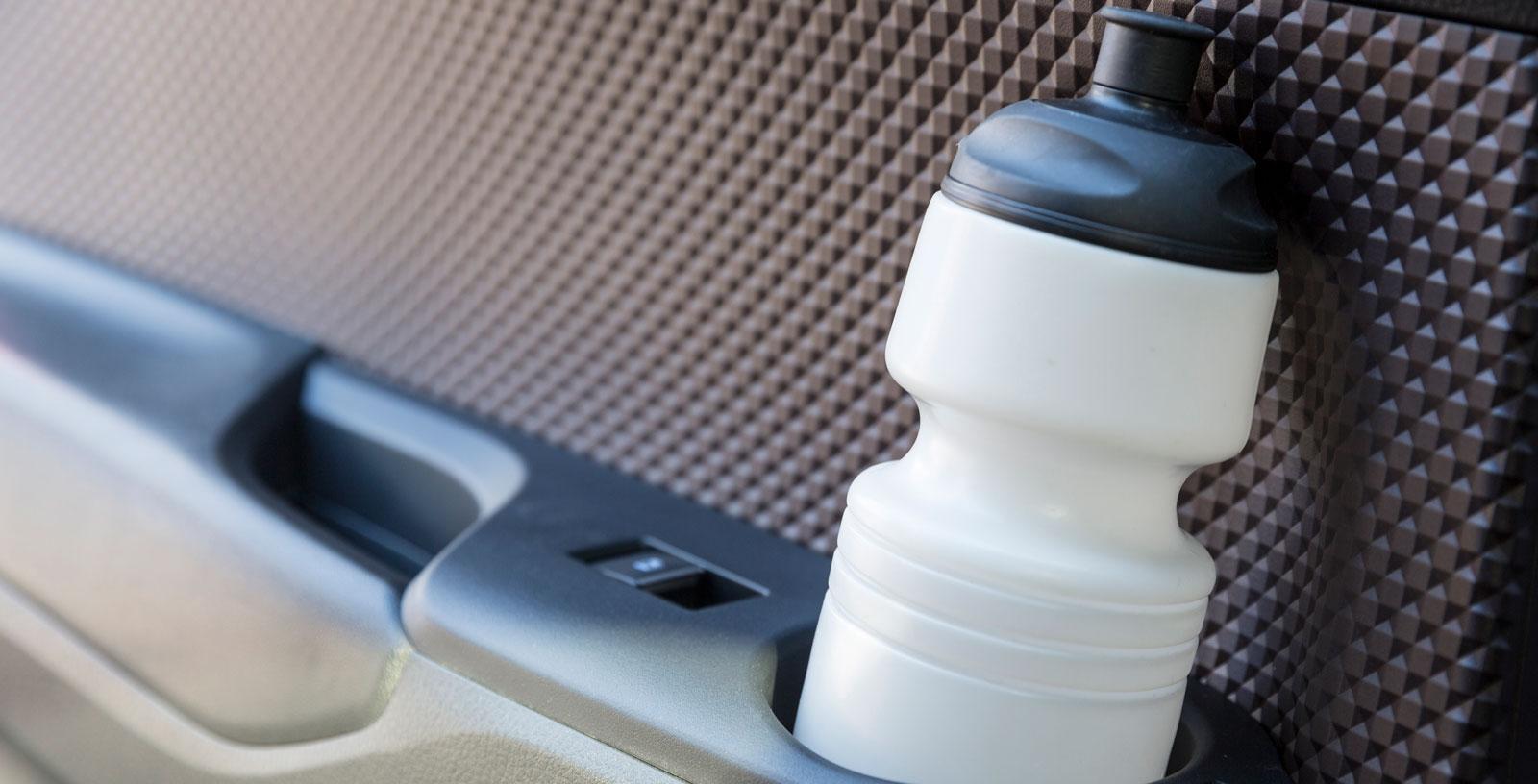 """Dörrpanelerna har ett """"våfflat"""" mönster av hård plast. Ställ för vattenflaskan finns i varje dörr."""