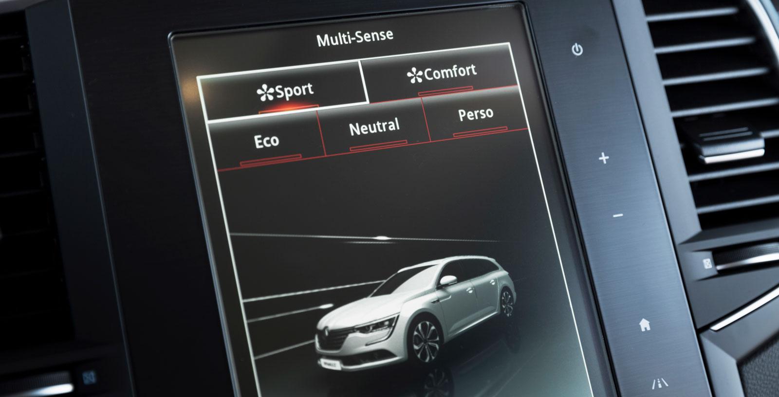 Föraren kan välja mellan flera olika körprogram; från Eco till Sport. Systemet ställer om styrning, gasrespons, stötdämpning – och färgsättningen i kupén.