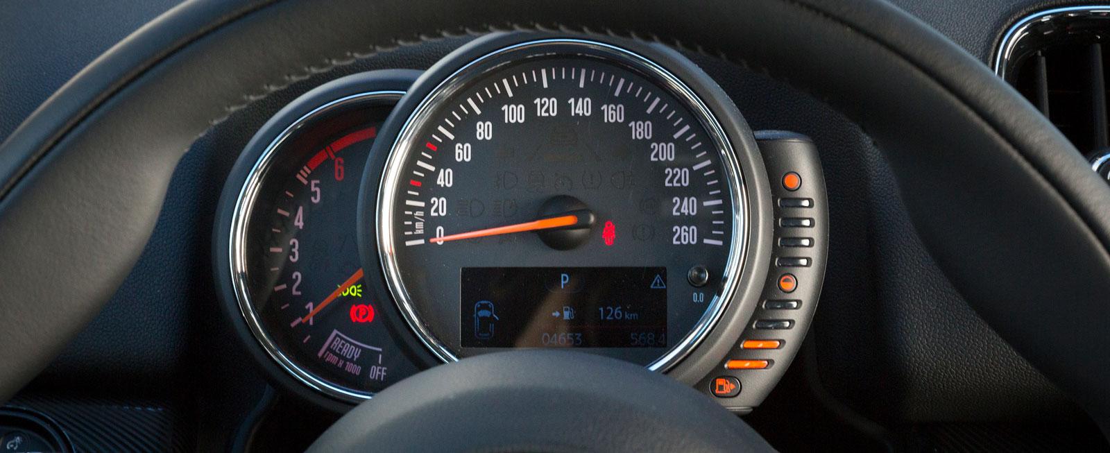Mini har numera hastighetsmätaren framför föraren. Helheten med tankmätaren vid sidan av är fortfarande säregen.