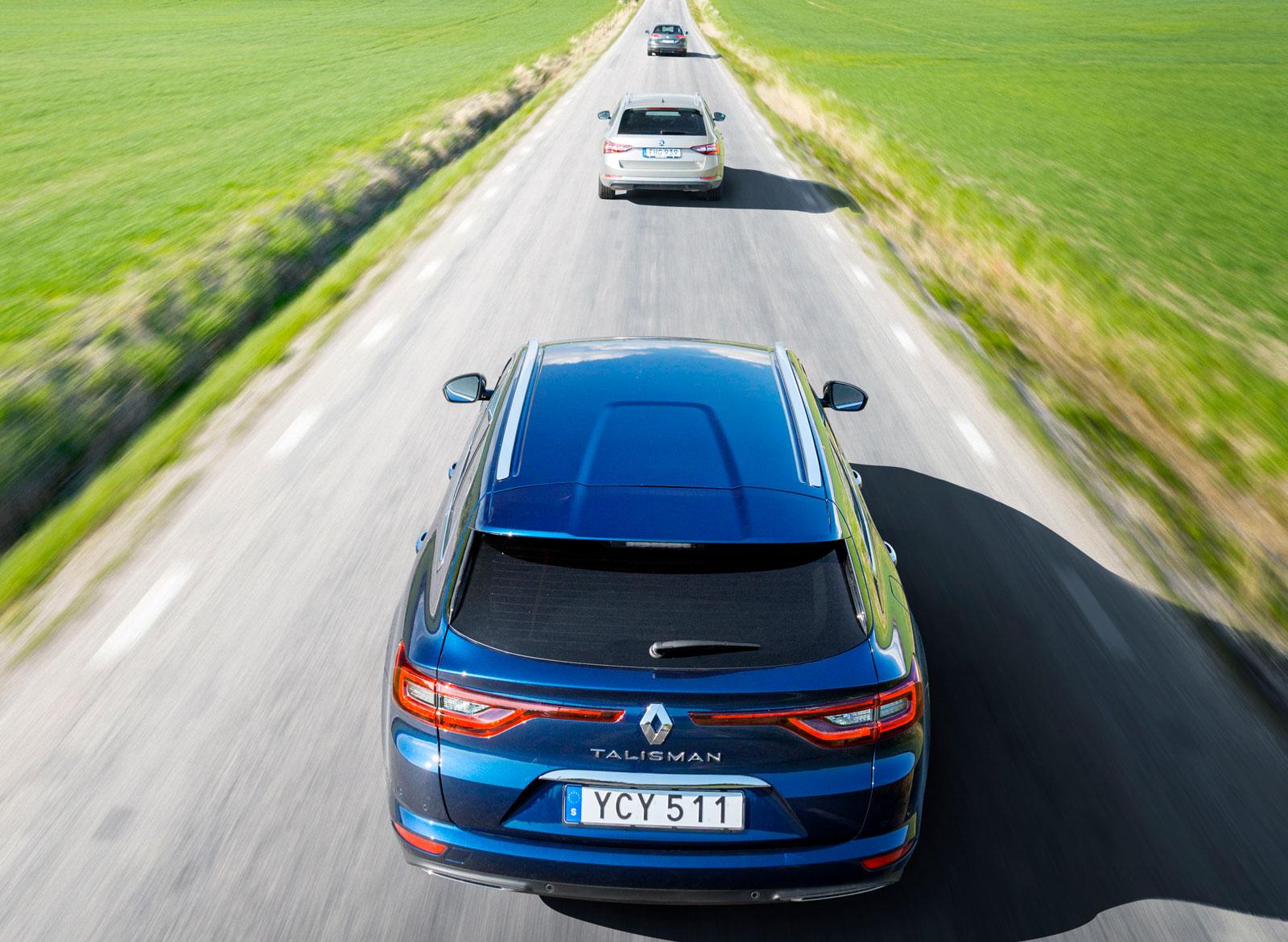 Renault har lagt ned mycket krut på designen av nya Talisman, som har testets maffigaste bakparti. En bra finess är att även bakljusens LED-slingor lyser när varselljuset är på. Framför Renault skymtar Skoda Superb och VW Passat.