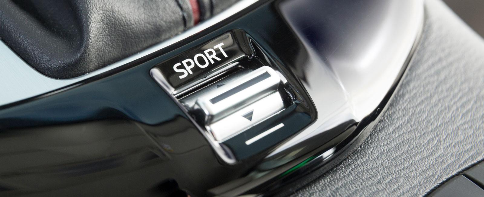 Med ett litet vippreglage kan växellådan och gasmappningen ställas i sportläge. CX-3 har klart rivig karaktär i båda, känslan är lite av MX-5 fast med fyra dörrar.