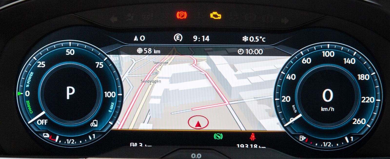 """""""Active info display"""" à 5500 kronor kan väljas till med navigationspaket för 18800 kronor. Då har man uppgifter om bilens tillstånd som räcker hela dagen."""