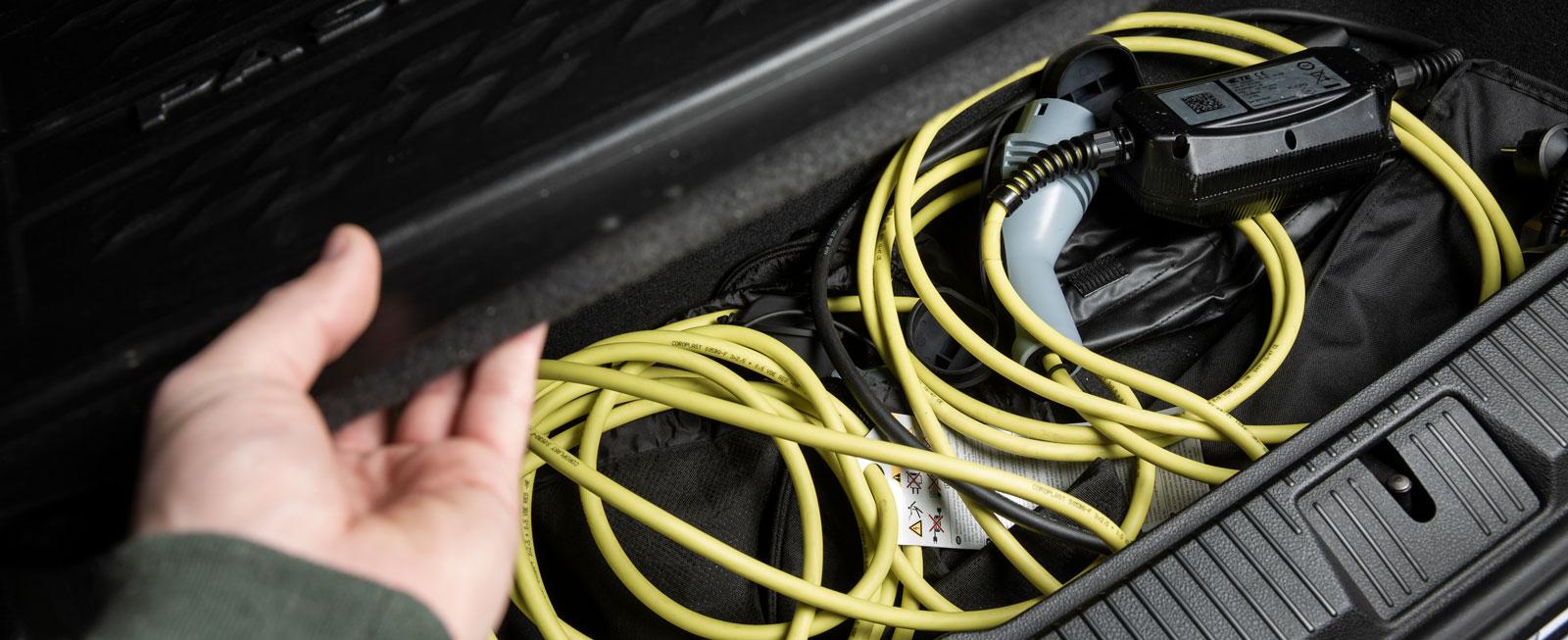 I både VW och Mitsubishi finns praktiska laddsladdfack under bagagerumsgolvet.