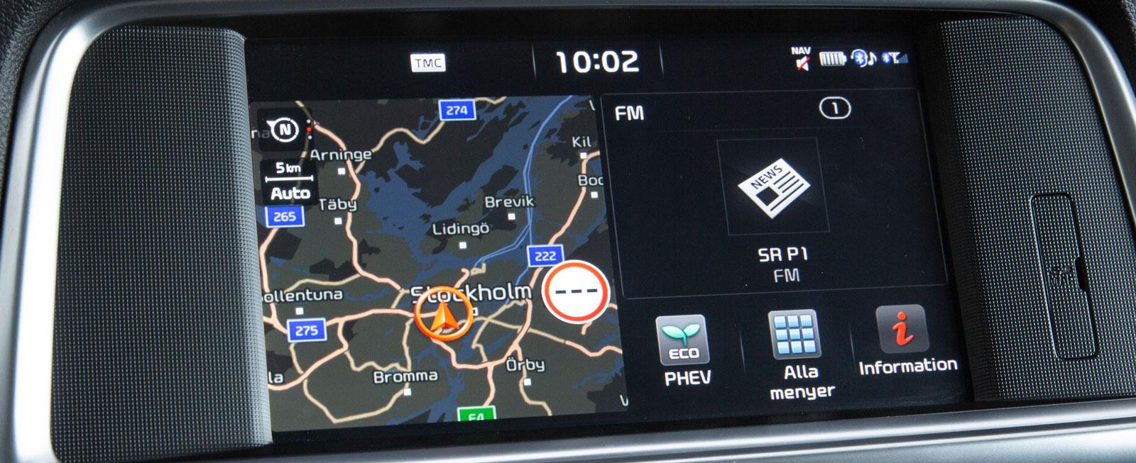 Enkelt att sköta men funktionerna är jämförelsevis ganska begränsade. Navigation, radio och kommunikation sköts via skärmen, bilinställningar med rattknapparna.