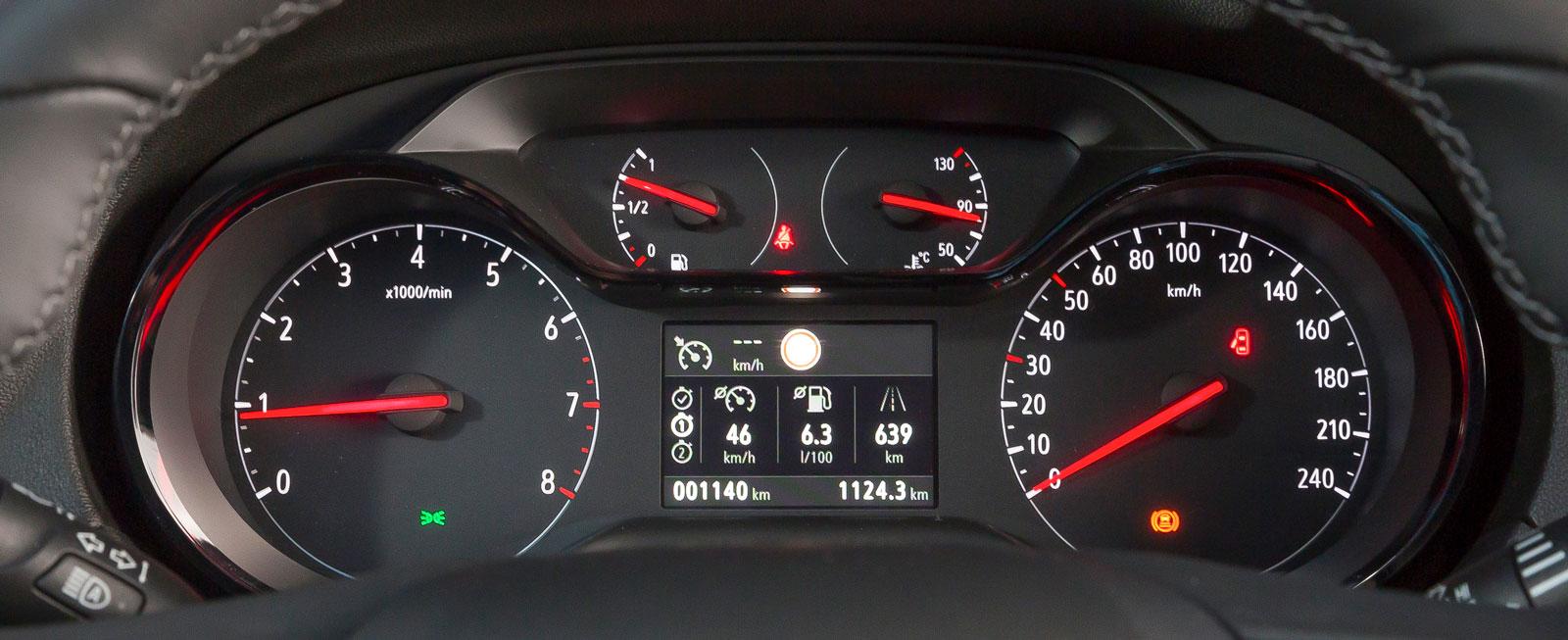 Bekant vy för Opel-ägare. Mätartavlorna känns igen från det övriga modellutbudet.