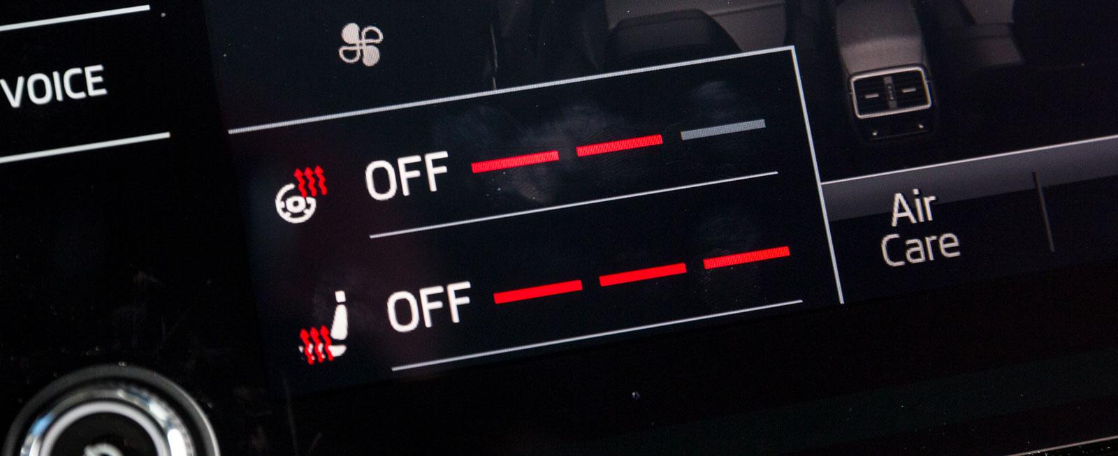 Skodas rattvärme är gömd i stolsvärme för förarplatsen. Sedan justeras värmen på pekskärmen. Inte helt logiskt.
