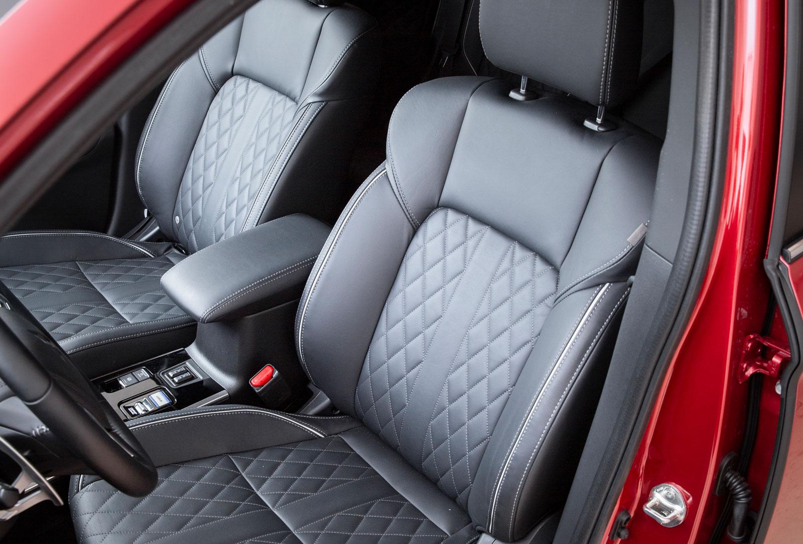 """De nya stolarna klädda med """"quiltat"""" läder i testbilen fick beröm av kortare förare men inte av längre. Ganska korta sittdynor såväl fram som bak."""