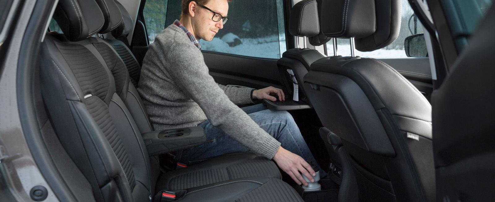 """Scenic har inte tre separata stolar, utan 60/40-delning på baksätet, vilket försämrar flexibiliteten. Renault har bäst insteg och utrymme på tredje stolsraden. Klaffbord och praktisk """"byrålåda"""" på mittkonsolens baksida uppskattas."""
