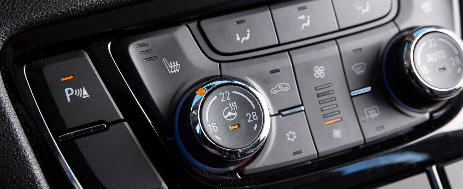 Den nystädade mittpanelen med knappar och vred för klimatanläggningen är ytterst kompakt och lätt att hantera.