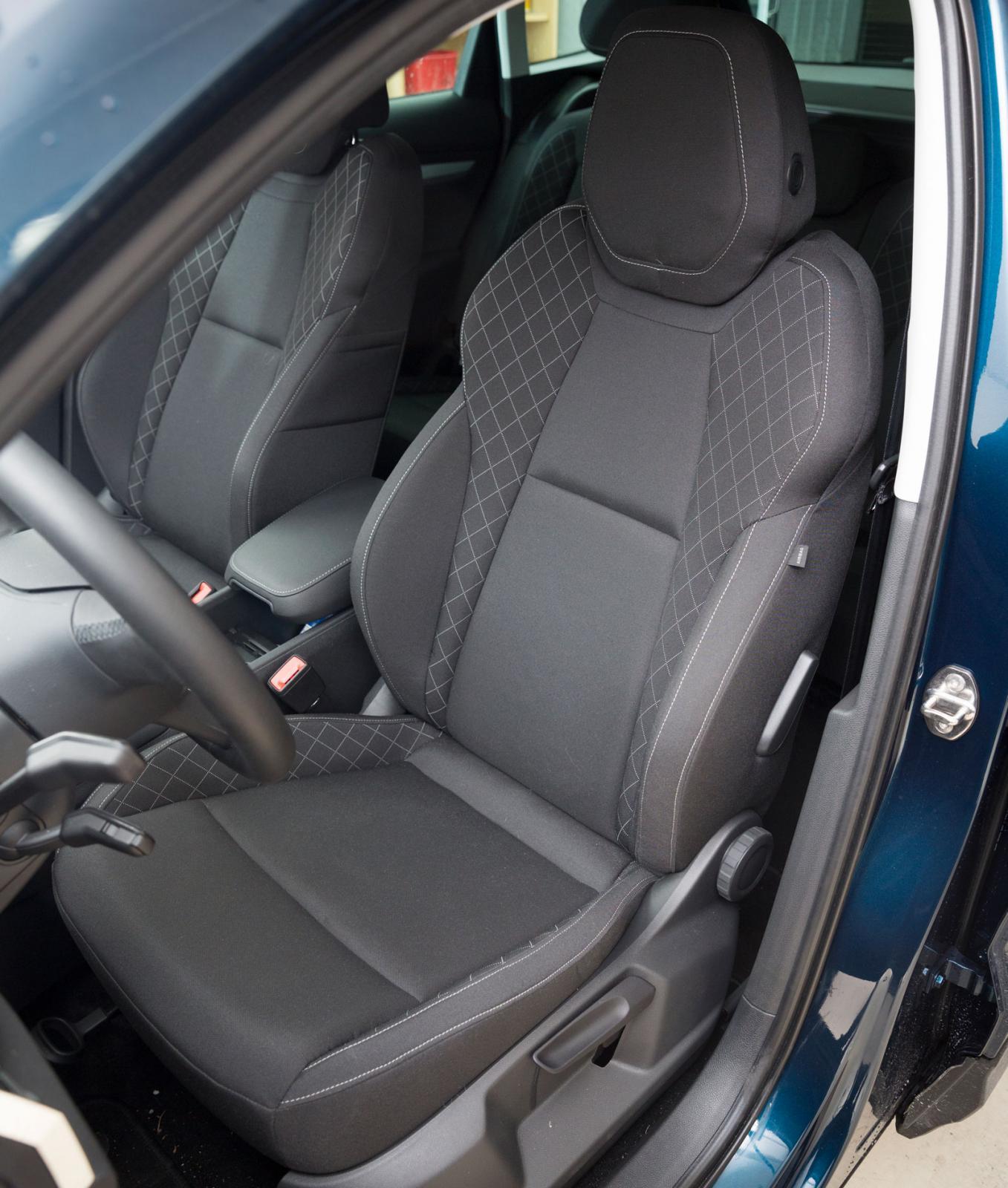 I Skoda sitter man lägst och mest likt en vanlig personbil. Bara Karoq har höjdjustering av båda framstolarna som standard.