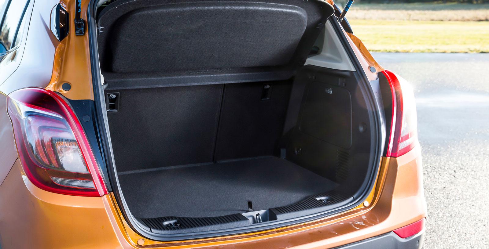 I volym testets minsta bagageutrymme men utformningen är bra och lastgolvet blir plant när ryggstöd och sittdynor fälls.