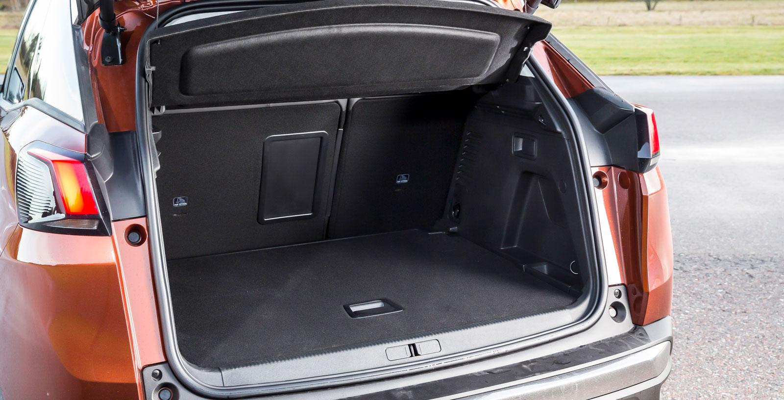 Rejält bagageutrymme med genomlastningslucka i den testade versionen. Med baksätet fällt bildas dock en tröskel.