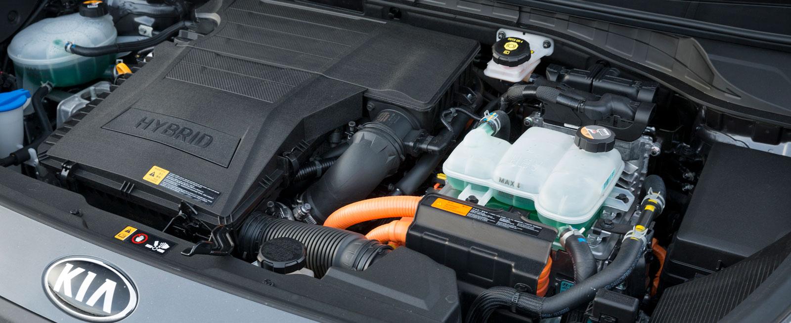 Elmotorn är placerad bredvid bensinmotorn och griper in närmast omärkligt. På fullgas väsnas motoriseringen dock.