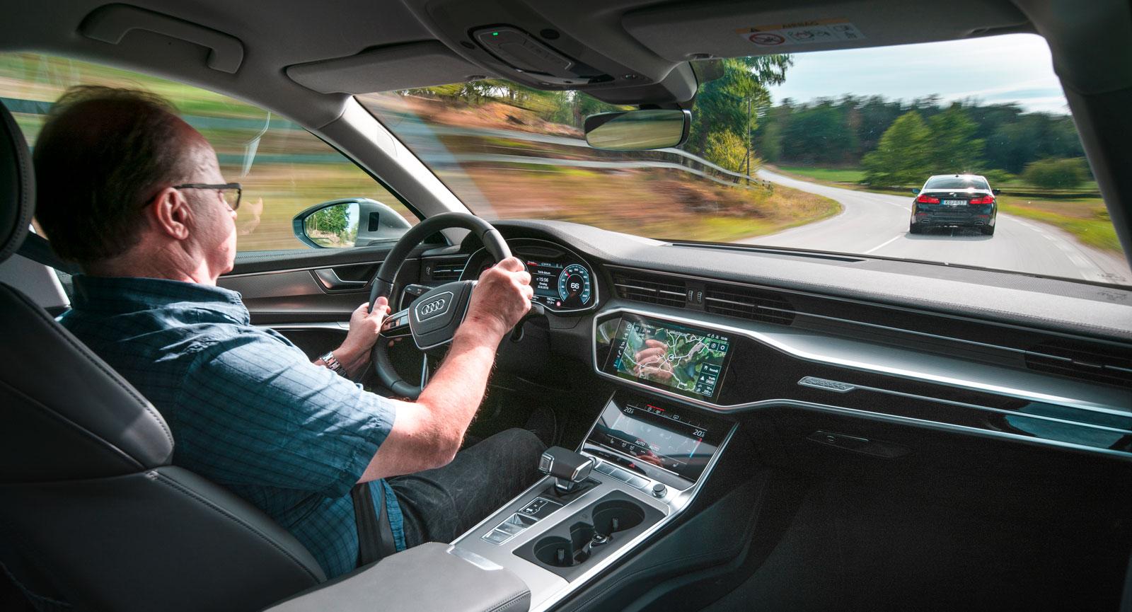 Audis design i kupé och kring förarplats ger ett avskalat intryck, trots att det finns närmast obegripligt många funktioner och finesser att utforska.