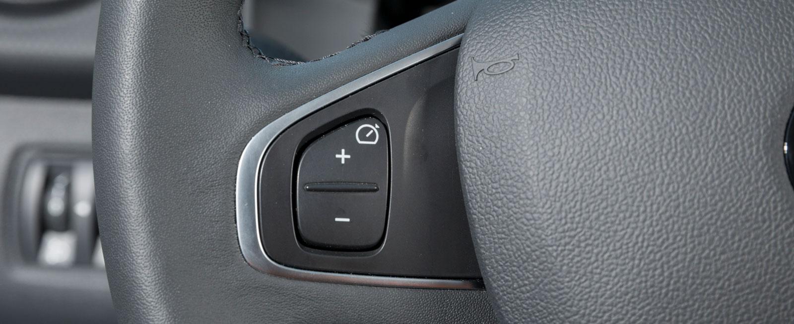 Farthållarens reglage i ratten är enkelt och bra men det gäller att ha slagit på strömbrytaren först. Den finns mellan stolarna.