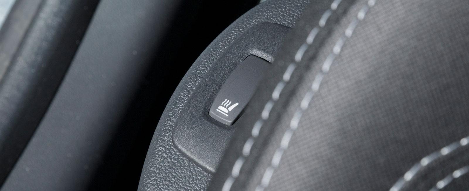 Knappar för diverse funktioner är på traditionellt Renaultmanér lite slumpvis spridda. Väme-stolen regleras med en skymd knapp på sitsens sida.