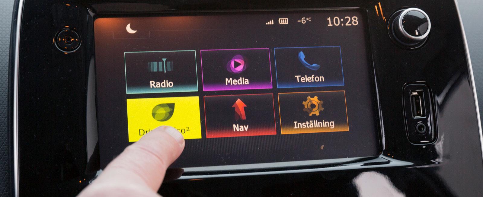 """Renaults system är standard i versionen """"Zen"""" och är ovanligt enkelt att använda för att vara en pekskärm. Få, lättbegripliga symboler och logiskt gränssnitt."""