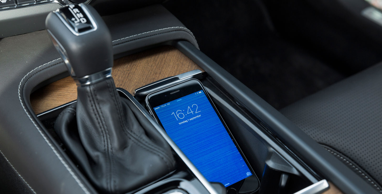 """Volvo är också fylld av genomtänkta lösningar, exempelvis det här facket som är perfekt avpassat för en """"smartphone""""."""