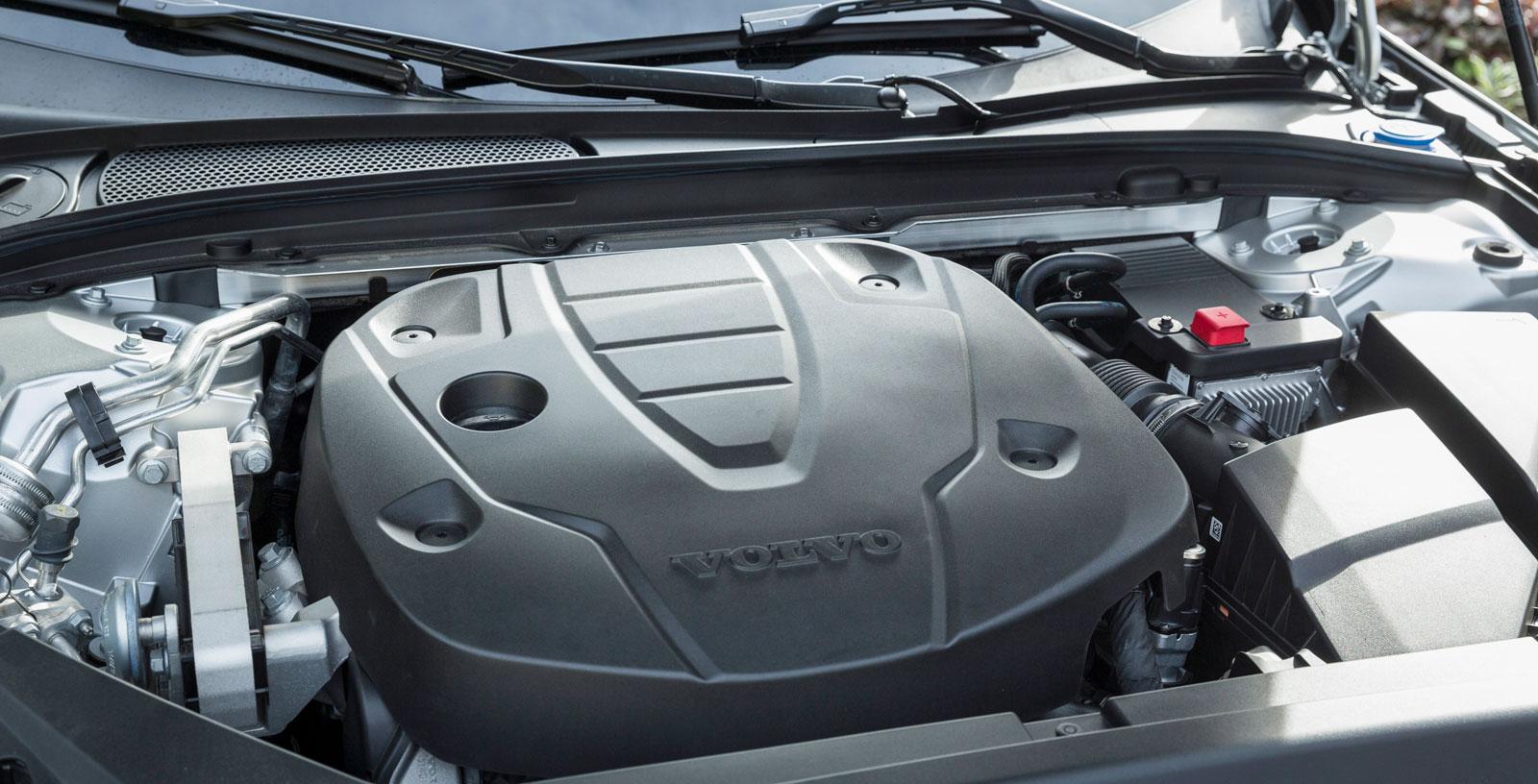 I testat utförande är Volvos universalfyra på 190 hk. Den arbetar ungefär som BMW:s men är klart snålare på bränsle. Åttaväxlad automatlåda matchar karaktären mycket väl.