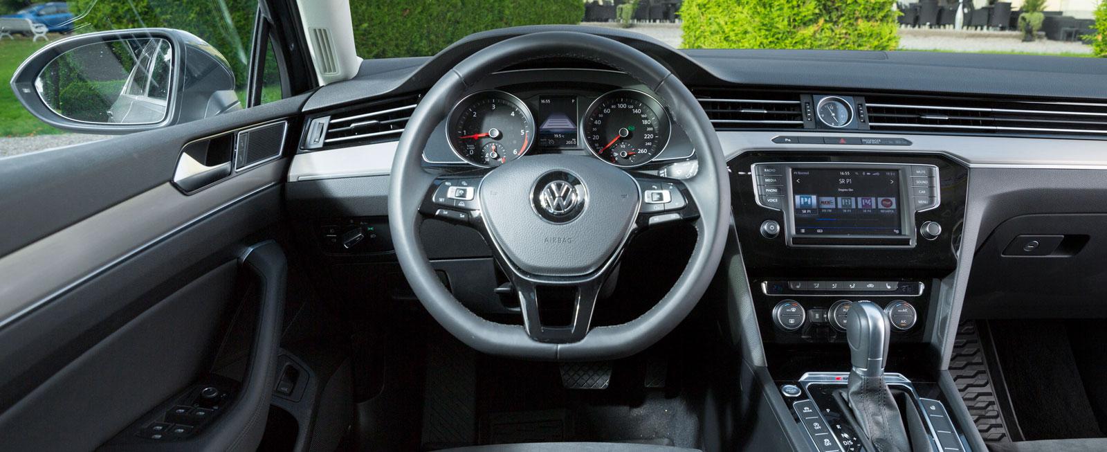 VW:s förarplats är utmärkt och visar att konventionella reglagelösningar kan vara väl så bra. Men helheten är mer steril än i BMW och Volvo.