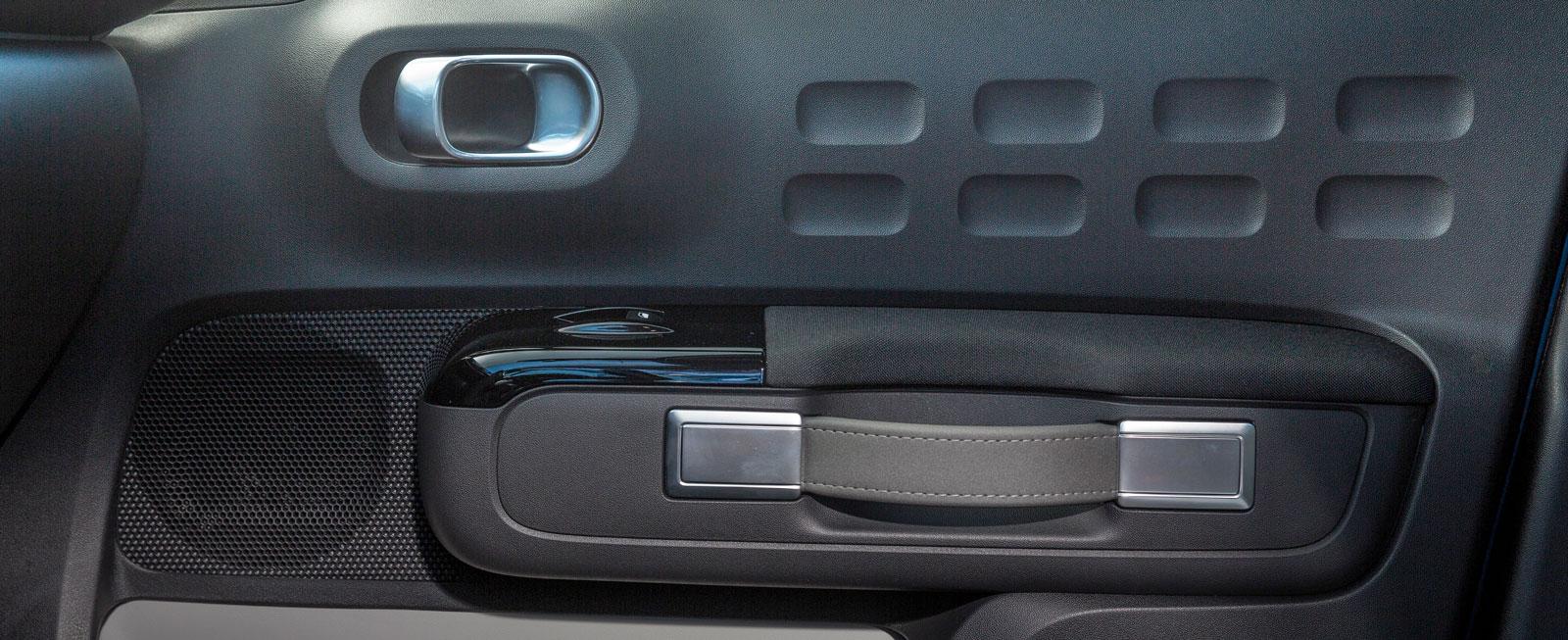 Dörrpanelerna är snarlika dem på Citroën C4 Cactus och har samma karaktäristiska draghandtag. Hårdplasten är inte vidare kul men dörrfickorna i avvikande färg lättar upp en smula.