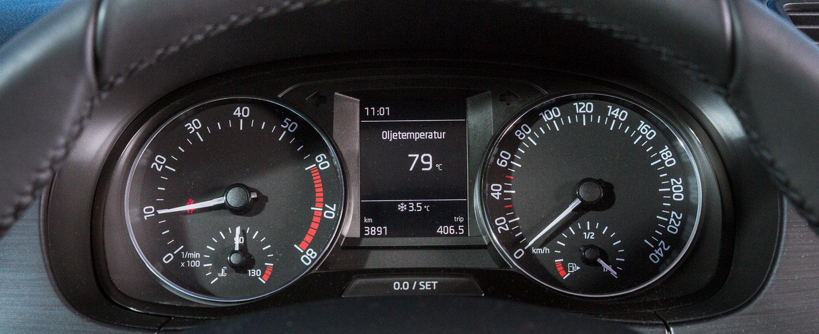 Fabias stora instrumenttavlor och färddator mellan dem har samma uppläggning som i rader av VW-bilar. Bra funktion överlag.