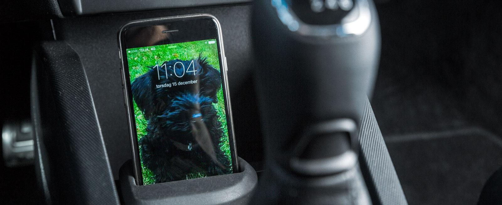 Den löstagbara hållaren för mobiltelefon är en uppskattad detalj. Skoda är ensam i testet om sexväxlad låda.