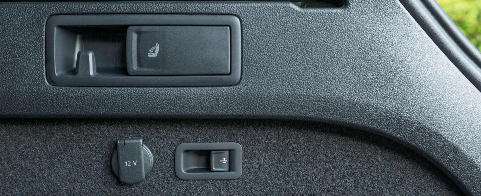 Moderna kombibilar har gott om reglage i bagageutrymmets väggar. I Passat finns till exempel fällning av baksätets ryggstöd.