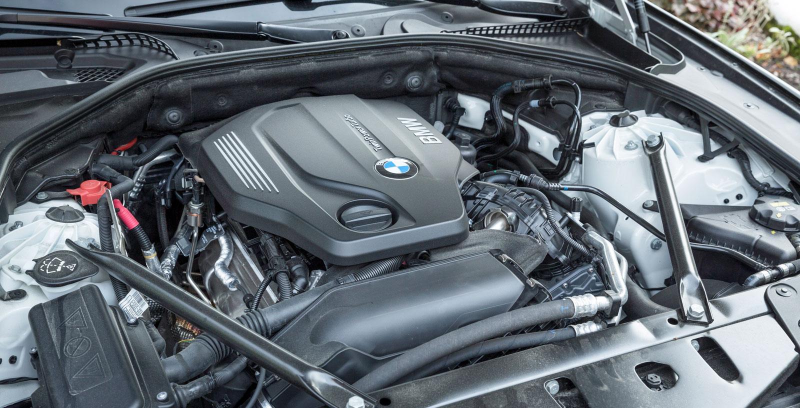 BMW är ensam om längsgående motor, placerad långt bak. En mycket råstark karaktär som arbetar utsökt tillsammans med den åttaväxlade automatlådan.