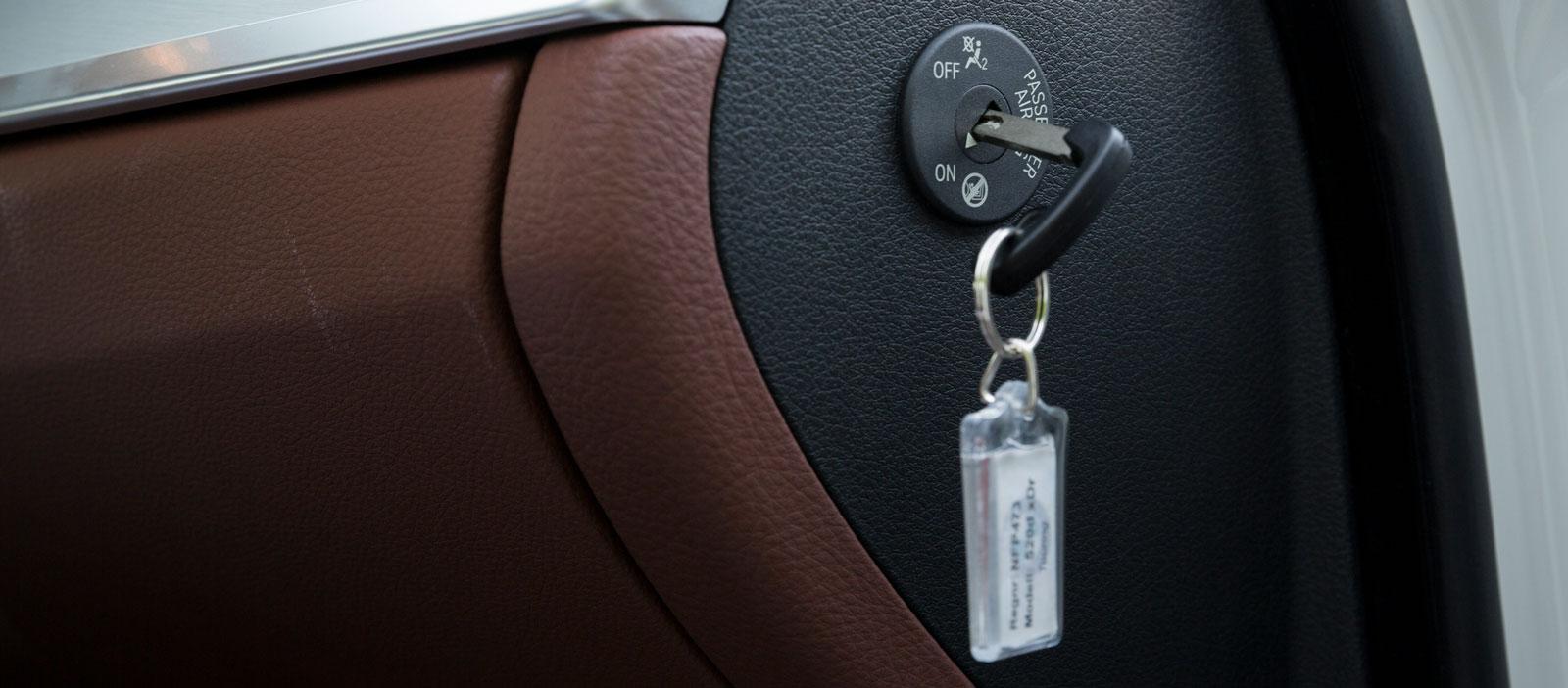 I BMW kan passagerarkrockkudden enkelt stängas av med nyckel.