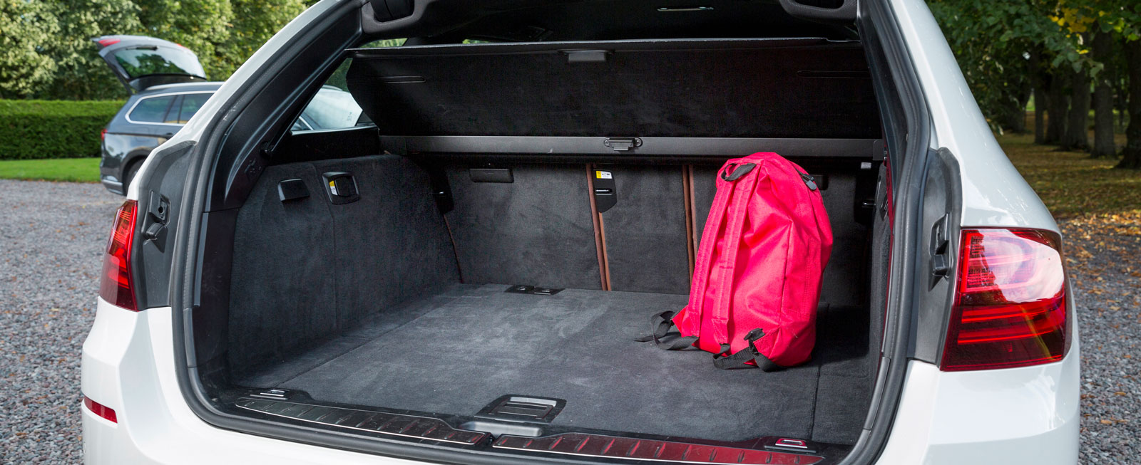 I BMW stjäl luckans gångjärn en hel del potentiellt utrymme, i övrigt är allting elegant utformat. Golvet hålls uppe av en gasdämpare när man vill komma åt ett (grunt) fack under. Mycket lätthanterlig enhet för bagagegardin/lastskyddsnät.