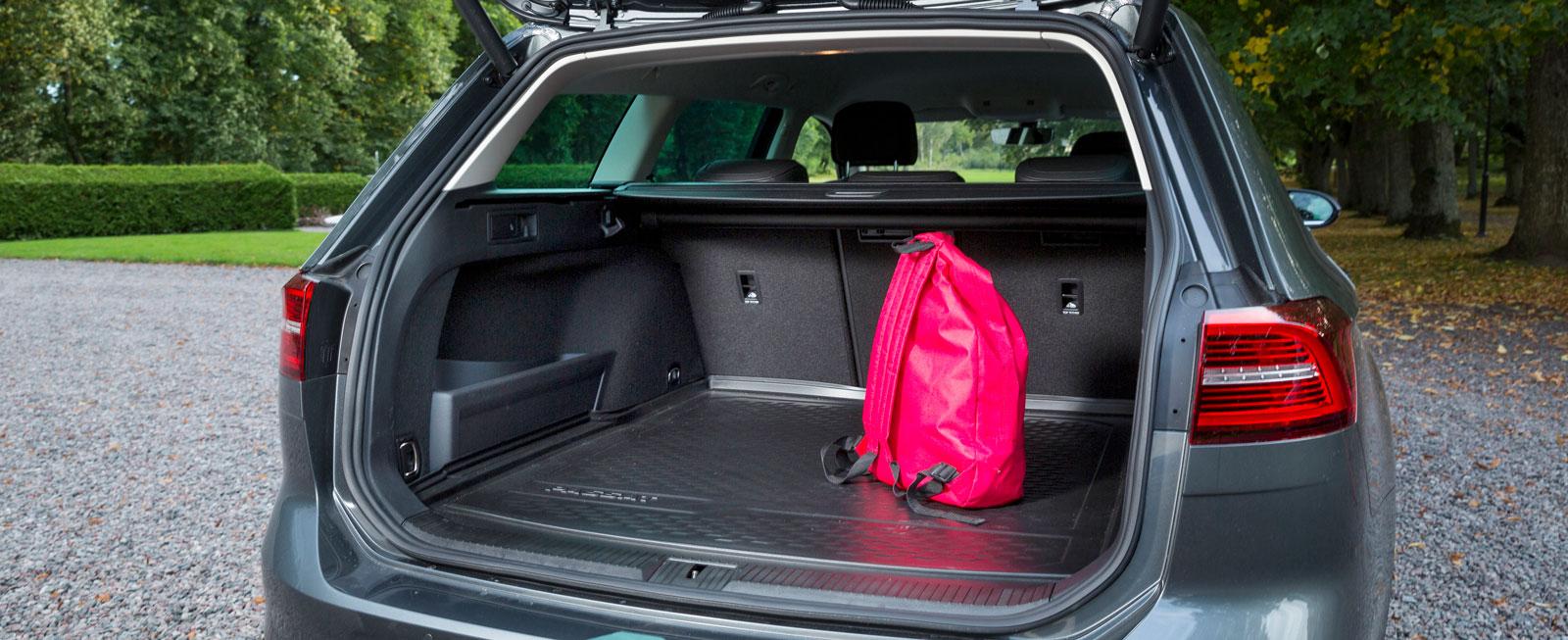 Testets klart största bagageutrymme finns i Passat, trots att karossen är avsevärt kortare än BMW:s och Volvos. Extra plus för att bagagegolvet kan varieras i höjd. Smidigt insynsskydd men det följer inte med luckan upp.