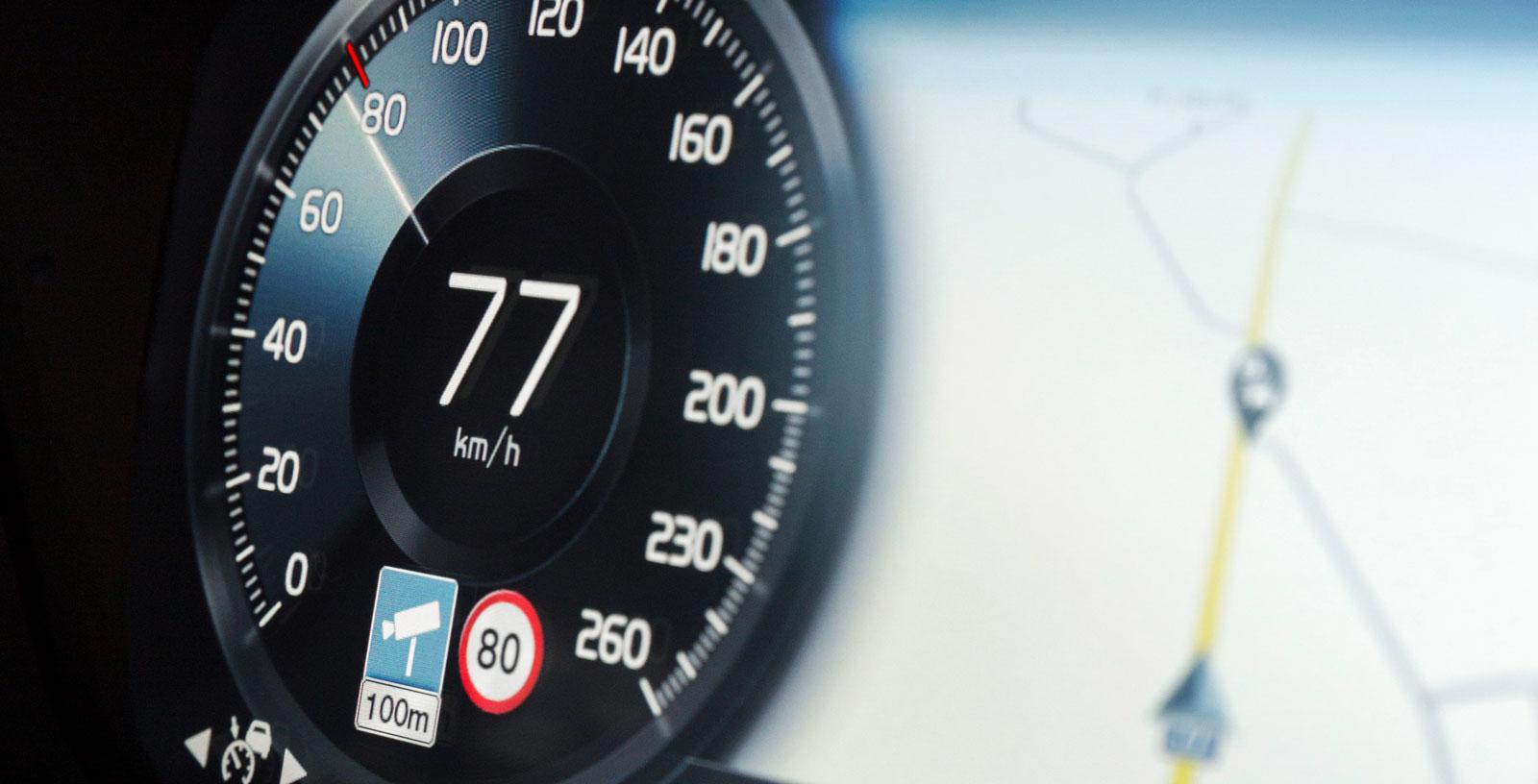 Fartkameravarning i hastighetsmätaren, dessutom med nedräkning av avståndet.