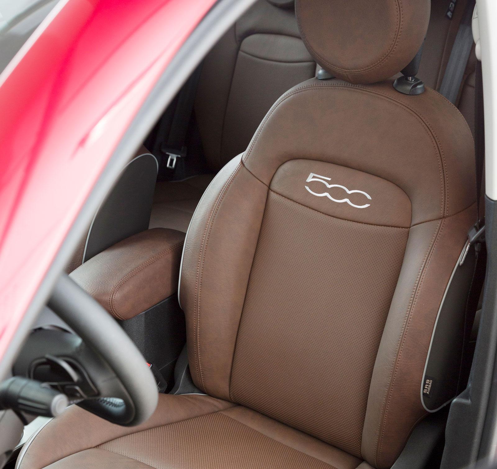 Läder på sittytan, annars galon och textil. Formen påminner om stolarnas i DS 4.