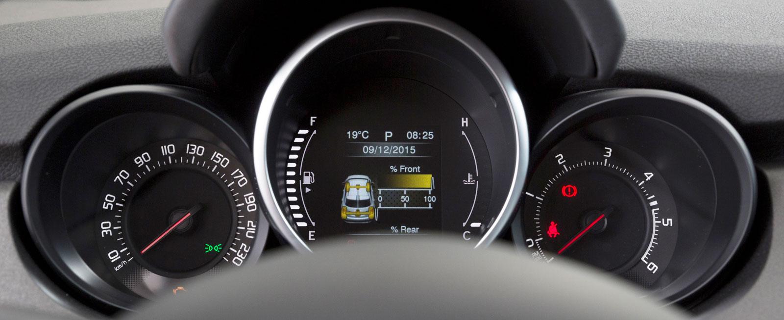 Fiats stora centralinstrument innehåller förutom bränsle- och tempmätare mest en färddator med blandat innehåll, bland annat en turbotryckmätare. Det var länge sedan vi såg en sådan!